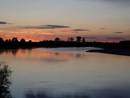 Ad un grande fiume che l'attraversa, il fiume po,in latino (padus